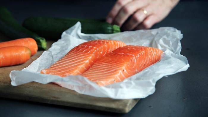 Cucinare il salmone alla brace